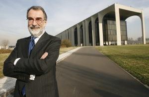 L'ex amministratore delegato di Mondadori, Maurizio Costa, davanti alla sede del gruppo editoriale, in una foto dell'8 dicembre 2007. ANSA/ DANIEL DAL ZENNARO