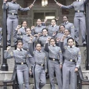 Scatta una foto, la posta sul Web e mette a ferro e fuoco l'Accademia di West Point. Neo cadette salutano con il pugno chiuso. Sarannocompagne?