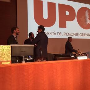 A Novara Davide Casaleggio tiene una lezione ad un corso di aggiornamento per giornalisti. Ma si rifiuta di rispondere alle domande di uncronista