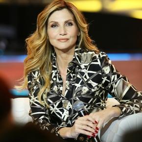 """E' tornata Lorella Cuccarini! Incredibile, ma vero. La showgirl dei lavelli si rigenera in """"sovranista"""". E afferma: """"Foa mi ha illuminato"""""""