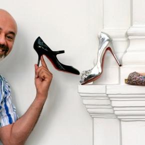 John Elkann s'infila nelle scarpe di Christian Louboutin e si aggiudica il 24% della maison francese dellusso